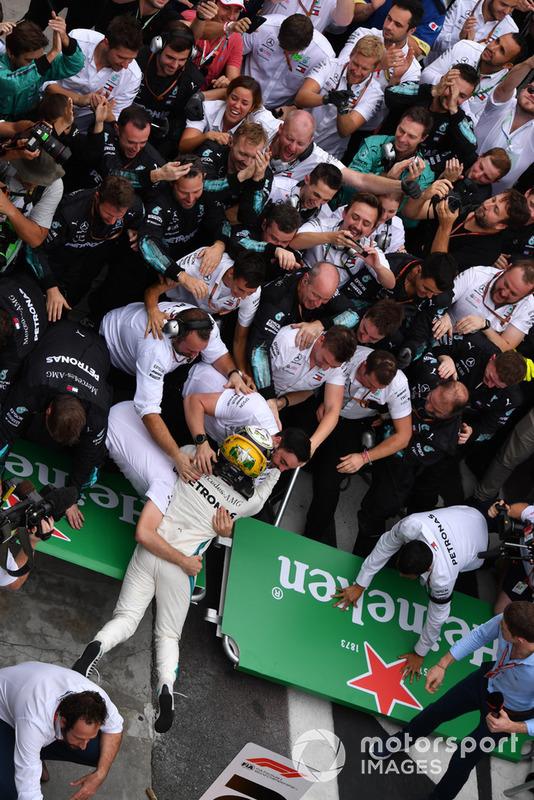 Crollano le transenne mentre Lewis Hamilton, Mercedes AMG F1, festeggia nel parco chiuso con i suoi meccanici