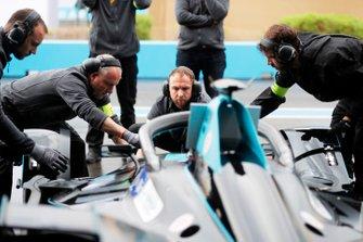 Trabajos de mecánica en el HWA Racelab, VFE-05.