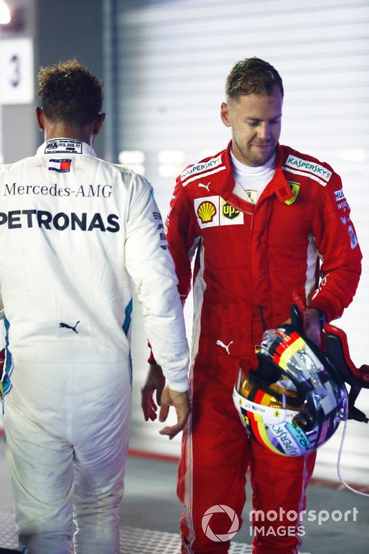 Lewis Hamilton, Mercedes AMG F1 W09 EQ Power+, e Sebastian Vettel, Ferrari SF71H, nel parco chiuso alla fine della gara