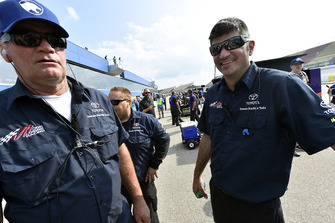 Alan Buzze, Erik Jones, Joe Gibbs Racing, Toyota Camry Doosan