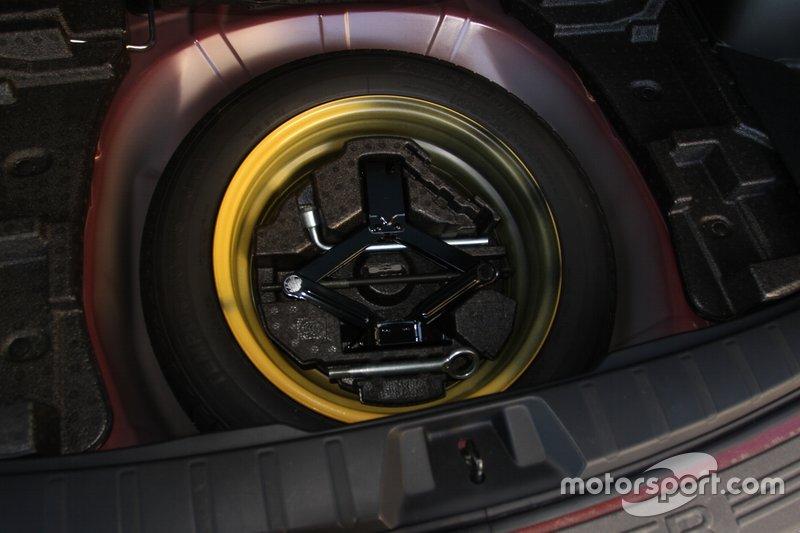 Під підлогою тимчасове запасне колесо.