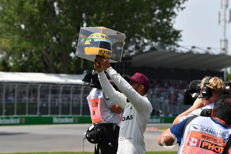 Ganador de la pole Lewis Hamilton, Mercedes AMG F1 celebra con el casco de Ayrton Senna