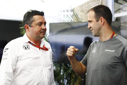 Eric Boullier, Racing Director, McLaren, habla con Matt Morris, Director de ingeniería, McLaren