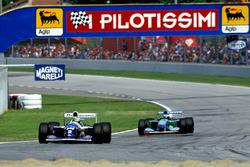 Ayrton Senna, Williams FW16,precede Michael Schumacher, Benetton B194