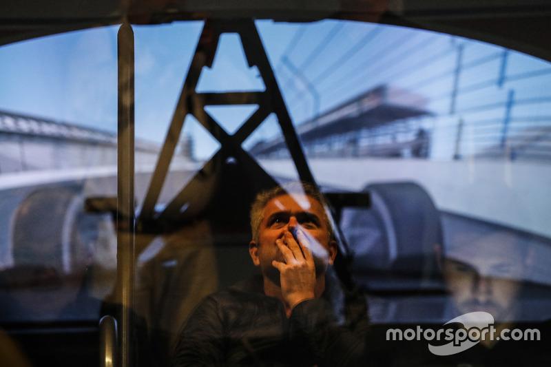 جيل دي فيران يشاهد فرناندو ألونسو على جهاز محاكاة هوندا