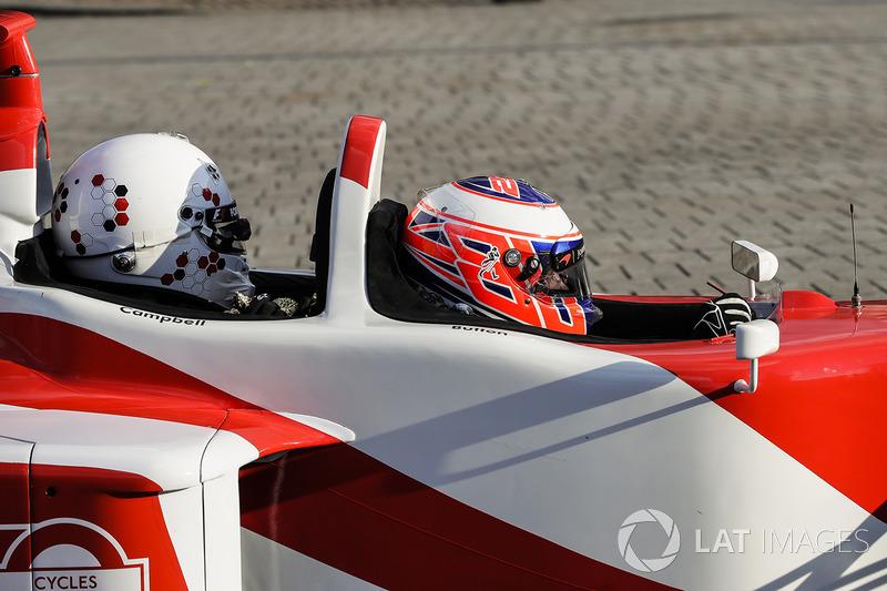 Jenson Button, McLaren, da un paseo a Naomi Campbell en un biplaza
