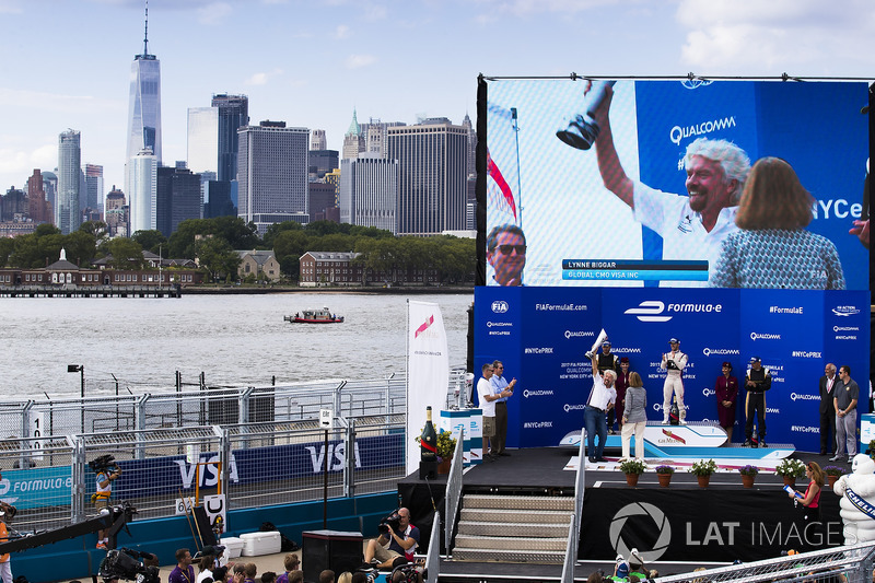 Podio: Sir Richard Branson celebrates con el ganador de la carrera Sam Bird, DS Virgin Racing, segundo lugar Jean-Eric Vergne, Techeetah y tercer lugar Stéphane Sarrazin, Techeetah