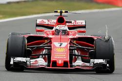 Kimi Raikkonen, Ferrari SF70H, met lekke band