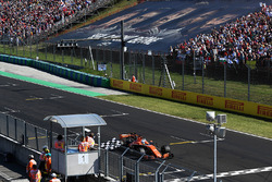 Fernando Alonso, McLaren MCL32 takes the chequered flag for 6th place