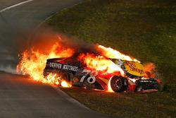 Feuer nach Crash: Martin Truex Jr., Furniture Row Racing, Toyota