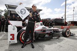 Le poleman Helio Castroneves, Team Penske Chevrolet, célèbre sa 50e pole position avec le drapeau P1