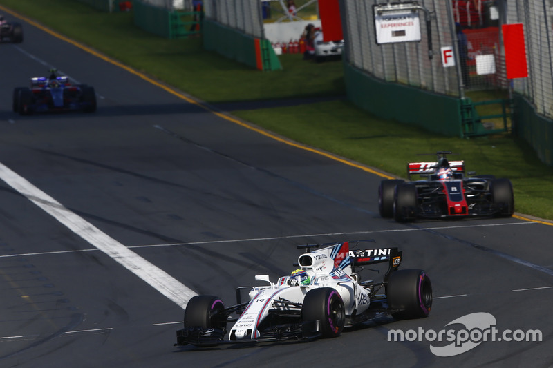 Felipe Massa, Williams, FW40; Romain Grosjean, Haas F1 Team, VF-17