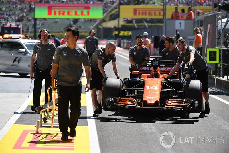 Механіки McLaren штовхають болід Фернандо Алонсо, McLaren MCL32