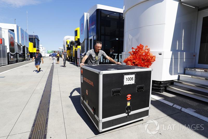 Контейнер з обладнанням McLaren Honda везуть паддоком