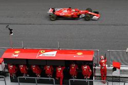 Sebastian Vettel, Ferrari SF70H supera il muretto box Ferrari