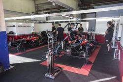 Nobuharu Matsushita, ART Grand Prix y Alexander Albon, ART Grand Prix en el garaje
