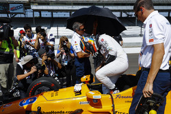 Fernando Alonso, Andretti Autosport Honda, climbs into his car