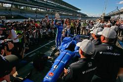 Scott Dixon, Chip Ganassi Racing Honda celebrates winning the Verizon P1 Pole Award