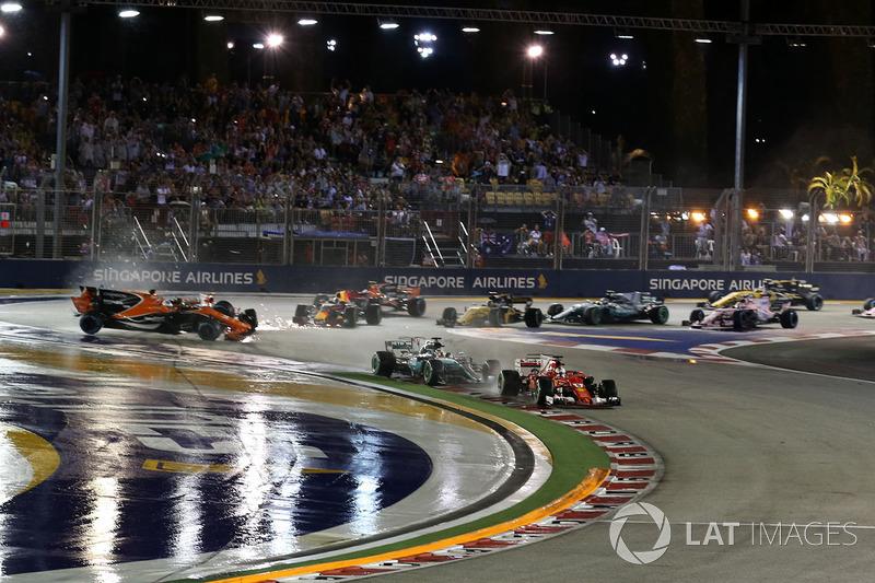 Sebastian Vettel, Ferrari SF70H lidera al inicio de la carrera con Fernando Alonso, McLaren MCL32, Kimi Räikkönen, Ferrari SF70H y Max Verstappen, Red Bull Racing RB13 choque en el fondo