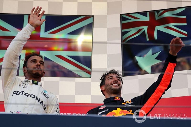 Il vincitore della gara Lewis Hamilton, Mercedes AMG F1 e Daniel Ricciardo, Red Bull Racing festeggiano sul podio