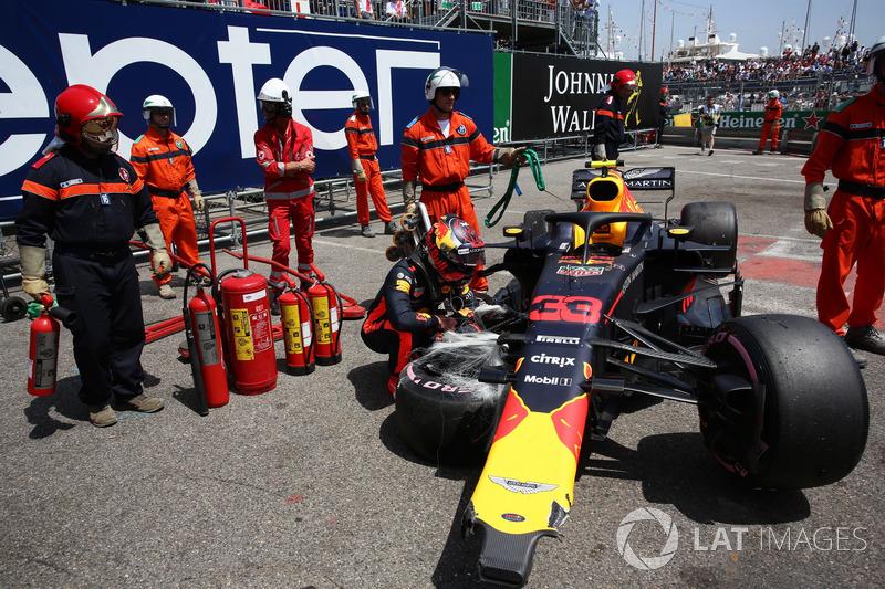 Max Verstappen, Red Bull Racing RB14, guarda la sua monoposto incidentata