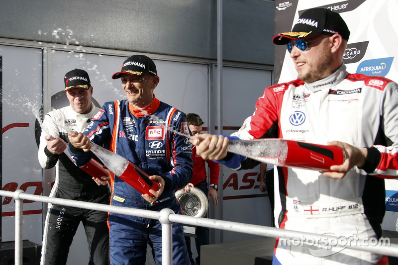 Podium: Race winner Gabriele Tarquini, BRC Racing Team Hyundai i30 N TCR, second place Thed Björk, Y