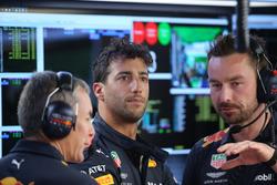 Daniel Ricciardo, Red Bull Racing with engineers