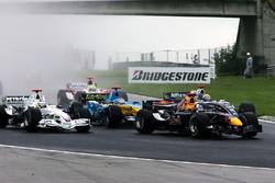Fernando Alonso, Renault R26, in mezzo a un gruppetto di vetture alla partenza della gara