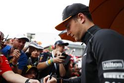 Stoffel Vandoorne, McLaren, taraftarlara imza dağıtıyor