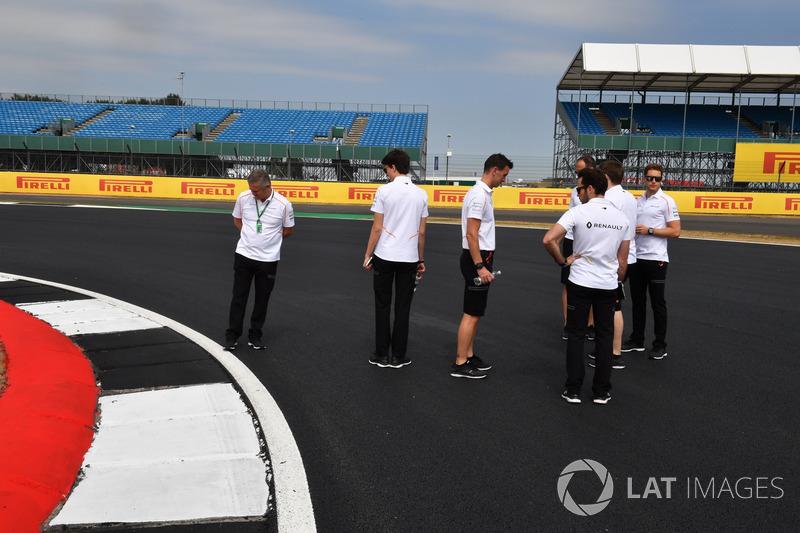 Stoffel Vandoorne, McLaren e Gil De Ferran, Direttore sportivo, McLaren, camminano lungo il circuito