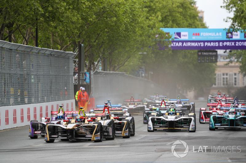 Start of race with Jean-Eric Vergne, Techeetah, leading Sam Bird, DS Virgin Racing, Andre Lotterer,