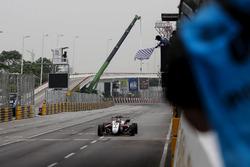 Bandera a cuadros para Callum Ilott, SJM Theodore Racing by Prema, Dallara Mercedes