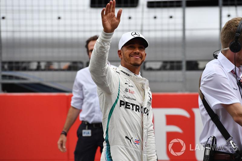 Il secondo qualificato Lewis Hamilton, Mercedes-AMG F1, festeggia nel parco chiuso