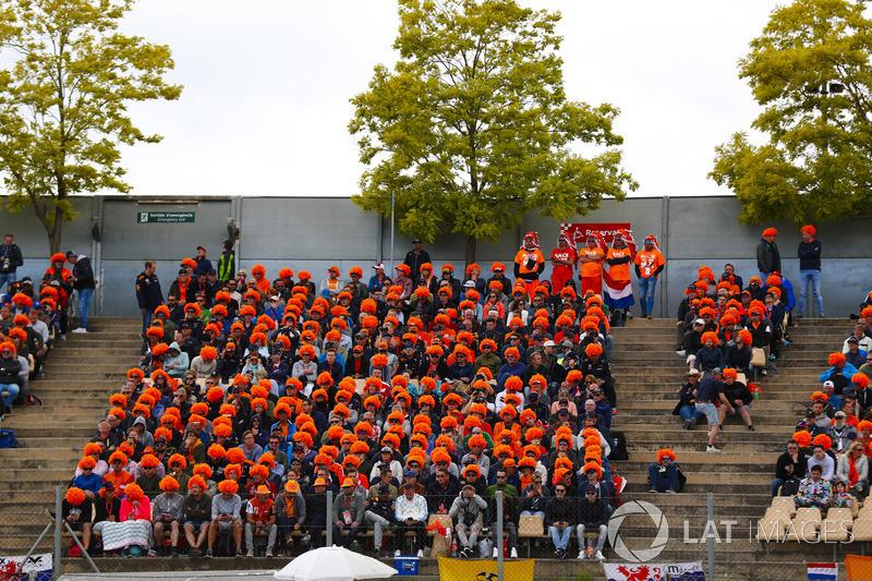 Tifosi olandesi di Max Verstappen, Red Bull Racing RB14, con delle parrucche arancioni