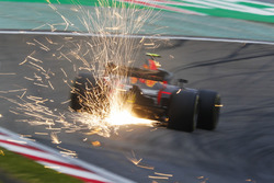 Des étincelles volent de la voiture de Max Verstappen, Red Bull Racing RB14 Tag Heuer