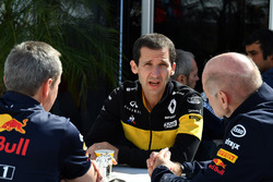 Paul Monaghan, Red Bull Racing Chief Engineer, Remi Taffin, Head of Renault Sport F1 Track Operations and Adrian Newey, Red Bull Racing