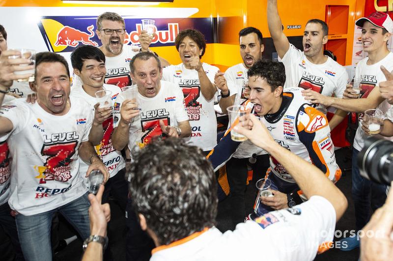 Чемпіон світу MotoGP 2018 року Марк Маркес, Repsol Honda Team, зі своєю командою