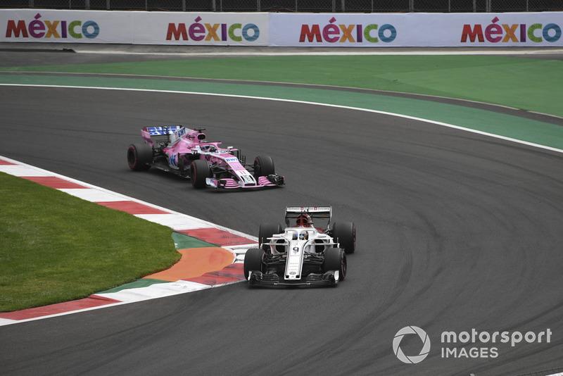 Marcus Ericsson, Sauber C37 y Sergio Perez, Racing Point Force India VJM11