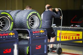 Шины Pirelli у гаража Red Bull Racing