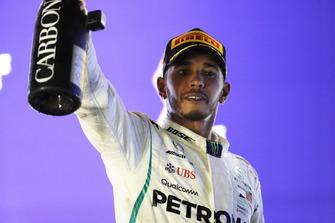 Lewis Hamilton, Mercedes AMG F1, festeggia sul podio dopo aver vinto la gara