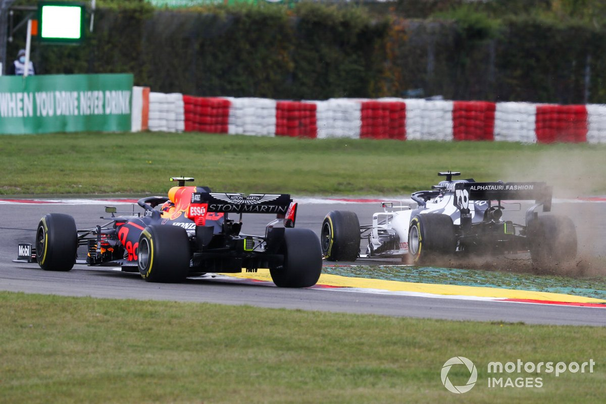 Alex Albon, Red Bull Racing RB16, passes as Daniil Kvyat, AlphaTauri AT01, mises a corner and loses his front wing
