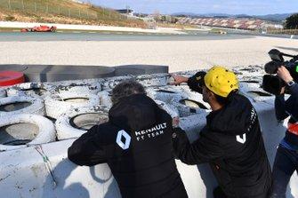 Daniel Ricciardo, Renault F1 Team e Alain Prost, consigliere speciale Renault F1 Team, guardano l'azione da bordo pista, mentre transita Charles Leclerc, Ferrari SF90