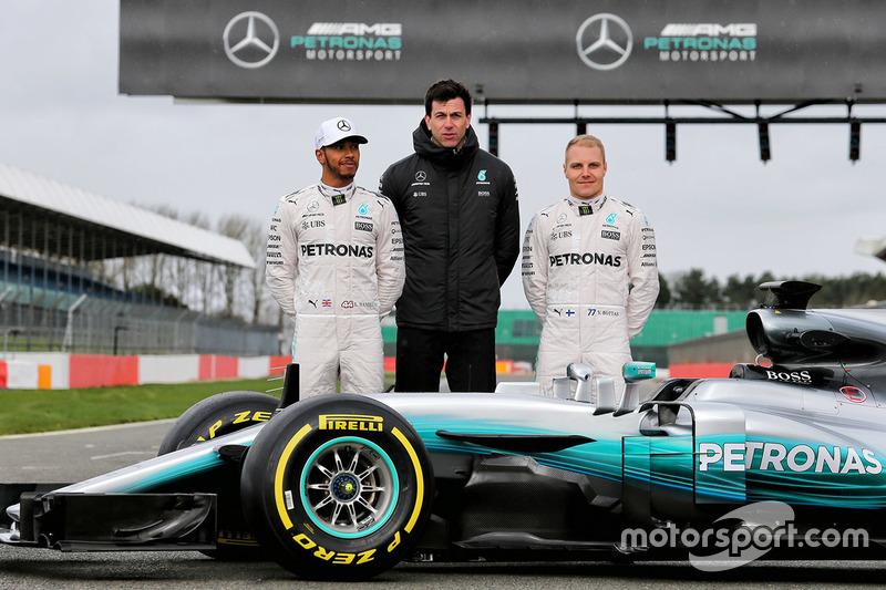 Lewis Hamilton, Valtteri Bottas und Mercedes-Sportchef Toto Wolff am Mercedes W08
