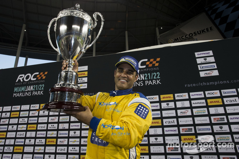 Juan Pablo Montoya, celebra su coronación de campeón de campeones en el podio