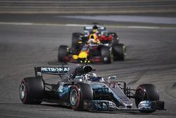 Valtteri Bottas, Mercedes F1 W08, Daniel Ricciardo, Red Bull Racing RB13