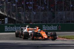 Fernando Alonso, McLaren MCL32, Lance Stroll, Williams FW40