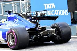 Marcus Ericsson, Sauber C36, avec des dégâts à l'aileron arrière