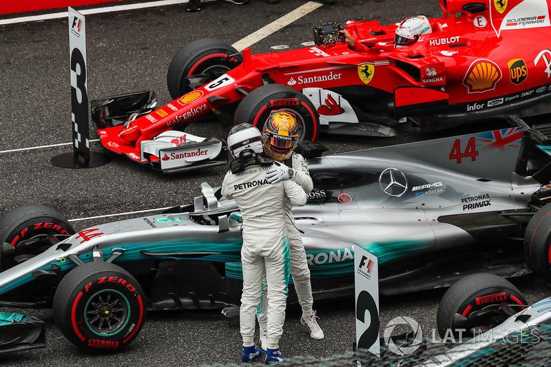 Valtteri Bottas, Mercedes AMG F1 celebrates with Lewis Hamilton, Mercedes AMG F1 in parc ferme