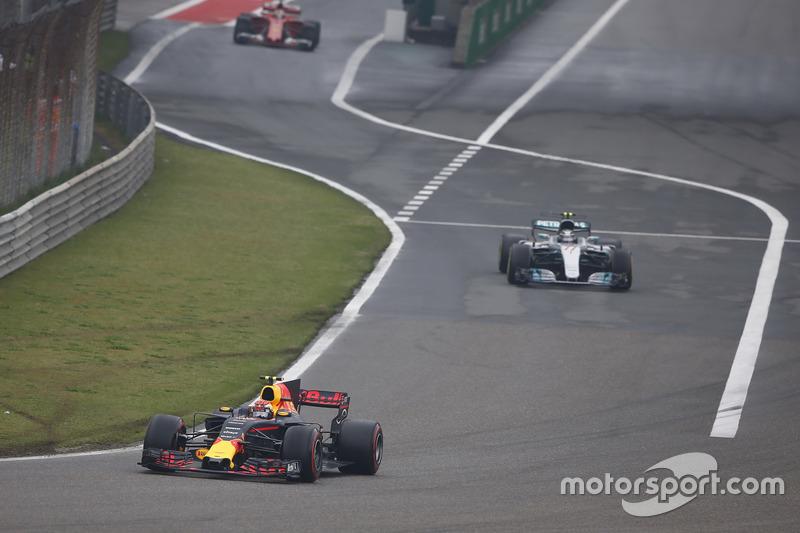 Max Verstappen, Red Bull Racing RB13; Valtteri Bottas, Mercedes AMG F1 W08, fahren aus der Boxengass