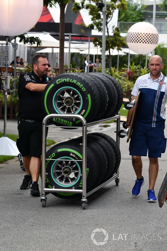 Mercedes AMG F1, Mechaniker und Pirelli-Reifen